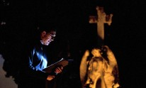 Xim Vidal lee frente a un ángel