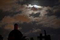 Luna en el cementerio