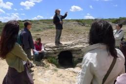 Carlos Garrido sobre una cueva pretalayótica