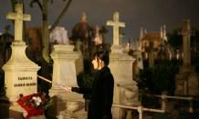 Laura Dalmau muestra las tumbas