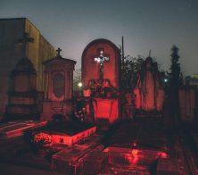 Al cementeri de nit. Foto de Martí Sastre (Taylorcraft).