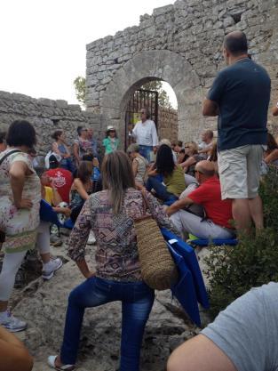 El público se congrega a la entrada