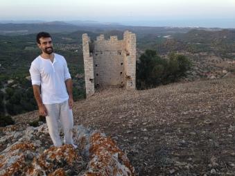Xavi Núñez posa junto a una torre