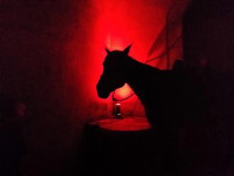 Serva interpretando al caballo del Comte Mal
