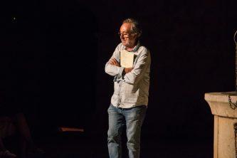 Carlos Garrido es dirigeix al públic.