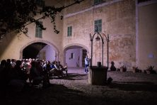 El públic a la clastra de Galatzó.